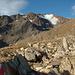 Im Aufstieg zur BlauenSchneid - erstmals ist das Hasenöhrl mit den Resten des Kuppelwieser Ferners zu sehen. Der Weg folgt dem ansatzweise erkennbaren Kamm am rechten Bildrand, später dann dem Blockgrat von rechts nach links aufwärts zum Gipfel.