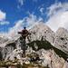 Gipfelkreuz mit Wechselspitze (Fallbachkarspitze) im Hintergrund