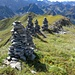 Steinmänner am Grat, hinten der Rudigerkopf