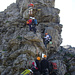 Stelle im Detail, erst rechts in kurzem Steilaufschwung fast senkrecht auf den vorstehenden Felskopf, dann über die Leiter nach oben