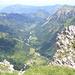 Tiefblick ins nordseitige Tal<br /><br />hinten der Wächter des Allgäus