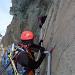 Ein Alpinist bei der Querung der Schlüsselstelle