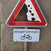 Pas de danger de chutes de pierres pour les cyclistes... sans doute parce qu'ils portent le casque  :-)