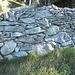 Anhand der grossen Steine, die sich unten befinden, handelt es sich hier um eine Original Trockensteinmauer