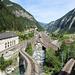 Im Hintergrund der Bahnhof von Göschenen, im Bild rechts geht es in den Tunnel.