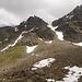 Nach dem Abstieg: Rechts der Frygebirg-Ostgipfel, Links der Westgipfel der Madrisa. Mit dem unteren Teil der Normalroute. Sie ist mit Steinmännern markiert.