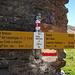 Wegweiser am Passo dell Uomo. Wo das Telefon ist weis ich allerdings nicht. Ein Swisscom-Häuschen hab ich vergebens gesucht:-)