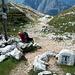 """In der Luecke, direkt auf der Deutsch-Oesterreichischen Grenze (das """"T"""" steht fuer Tirol). Hier folgt man dem Weg geradeaus, der wieder nach Mittenwald fuehrt."""
