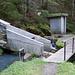 Überführung eines Seitenbaches. Schieber zur Regulierung der Wassermenge.