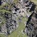 Klettersteig in der Übersicht: unten links der Einstieg (dort steigt grad auch jemand ein), der hellere Fels ist ungefähr der 2. (und schwierigere) Teil, oben erkennt man die Gitè