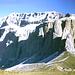 Sellagruppe vom Sellapass. An dem markanten langen schwarzen Streifen ist der Einstieg des [http://www.hikr.org/tour/post28007.html Pößnecker Klettersteigs]