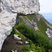 schöner Felsüberhang über dem Weg