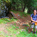 """Bei der Hütte von Locheralpji wird der Pfad weniger steil. Das macht meine Lieblingsbegleiterin froh! Links sieht man einen der Informationsttafel am """"Adlerpfad""""."""