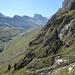 Le sentier quitte l'Uschenetal par des zigzags raides entre des barres rocheuses