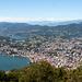 Blick hinunter nach Lugano, im Westen erahnt man einige Walliser Gipfel