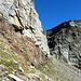 Il sentiero passa ai piedi della parete rocciosa