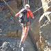 Ferratist beim Überqueren der Drahtseilbrücke