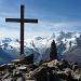 Das Gipfelkreuz auf dem Jegihorn mit Blick zur Mischabel-Gruppe und Co.