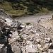 Im Rückblick, nach unten gesehen. Typisch Karwendel, alles ist lose - erfreulicherweise wird aber das Fixseil seiner Bezeichnung gerecht und hält.