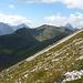 Aus Westen ziehen dickere Wolken heran - die Horizontlinie bilden ein paar namhafte Gipfel des Lechquellengebirges