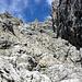 Wenn man nach oben blickt, steht man vor einer scheinbar undurchdringbaren Felsenburg...