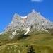 Die Felsbastion Widderstein überragt mächtig den Hochtannbergpass. Das Foto zeigt benahe den gesamten Aufstiegsweg. Der Hauptgipfel verbirgt sich hinter dem turmartigen Vorgipfel (rechts).