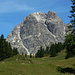 Die grüne Körbalpe überragt mit Wucht die Felsbastion des Widderstein. deutlich erkennbar die markante Süd-schlucht und oben der hellgraue SW-Rücken über die der Anstieg erfolgt.