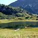 In einer sumpfigen geländemulde liegt der idyllische Körbersee. Hinten die dunklen Nordabstürze der Juppenspitze (Vorgipfel der Mohnenfluh)