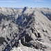 Blick zum Ostgipfel; hinten Sonnenspitzen und die Grubenkarspitze, herrlich bleiche Karwendelberge