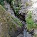 Blick hinunter in die Joli-Schlucht: die Schöpfe der Stägeru und der Lüegieru