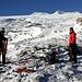 Da qui al ghiacciaio il terreno è infido sia per le placche di ghiaccio sulle rocce affioranti sia per la copiosa neve caduta ieri, nella quale ogni tanto sprofondiamo improvvisamente fino alla vita.