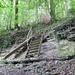 """... die Stufe des in Sandstein """"gehauenen"""" Wasserfalls wird mittels einer Treppe erklommen;<br />auch für die Biker ist eine Hilfe eingerichtet"""