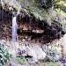 Ein horizontaler Quellaustritt speist über einer wasserundurchlässigen Gesteinsschicht einen etwa 100 m breiten Wasserfall, der sich aus etwa 2-3 m Höhe über eine Quelltuffbildendende Moosschicht als triefender Tropfenvorhang in den Urslau-Bach ergießt