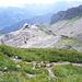 die Winterliftstation, rechts davon die kleine Gipfelerhebung mit Stange<br /><br />aufgenommen kurz unterm Gipfel des Hahnenköpfle - mal ohne Massenandrang im Bild