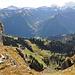 Tiefblick nach Ober Stafel (1602 m) und Braunwald. Am Horizont der Chärpf, der Hausstock verbirgt sich in den Wolken.