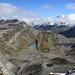 links Lämmerenhütte mit Hüttensee, Bildmitte, der Lämmerensee, und rechte Seite, dort wo die Wolken beginnen, der Gemmipass (hinter der ersten, dunklen Bergsilhouette)