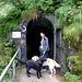 Los geht's ... kurz hinter dem Südportal führt ein erster Tunnel in die Schlucht.