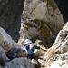 Das Alpinwander-Abenteuer kann beginnen: [u dani_] klettert durch die kaminartige Rinne zum Plateau, von dem Scherenturm, Kleiner Turm und Scherenspitzen aufragen