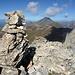 Steinmann im Grat bei ca. 2800 m mit Blick auf den Piz Curver