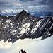 Rast im Windschatten beim Abstieg auf dem Normalweg.<br />Gegenüber das Nadelhorn und hinten die Berner Alpen mit dem Aletschgletscher, rechts vom Nadelhorn-Gipfel.