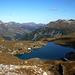 Rückblick über den Zürser See hinweg zum Karhorn und den Allgäuer Alpen (linke Bildhälfte). Rechts die Bergstation der Gondelbahn Rüfikopf von Lech, dahinter die drei Wösterspitzen (2558m).