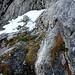 Ein dünnes Stahlseil begleitet den Bergsteiger an den meisten schwierigen oder ausgesetzten Stellen - nicht an allen...