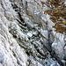 10m ohne Seil, die Scharte endet 200m tiefer im Schottervorfeld - nach anfänglicher Schrecksekunde doch bequem zu überqueren.