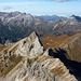 Die nördiche Prominenz des Lechquellengebirges vor dem nebligen Horizont in D.