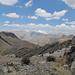 Vista verso SE da Siula Punta: in fondo la Laguna Quesillococha e il Nevado Leòn Huaccanan (Leone dormiente) che sembra l'Adula; questa montagna fa parte della Cordillera Raura