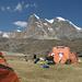Il campo 6 dominato dalla parete N del Nevados Puscanturpa