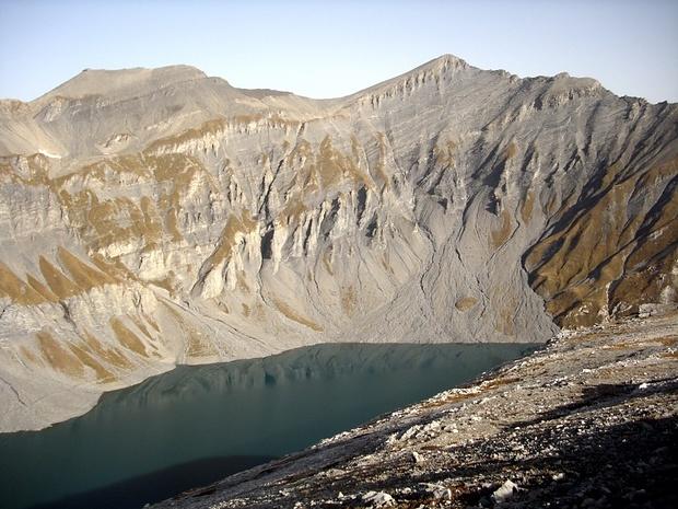 Lac du vieux Emosson. Grey-on-green/grey