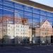 Grosse Gegensätze: moderne und stilgerecht nachgebaute historische Häuser
