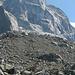 La Capanna Sciora, devant un des pics fermant le Val Bondasca