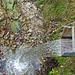 Wasser wird direkt in einen Bachgraben geleitet